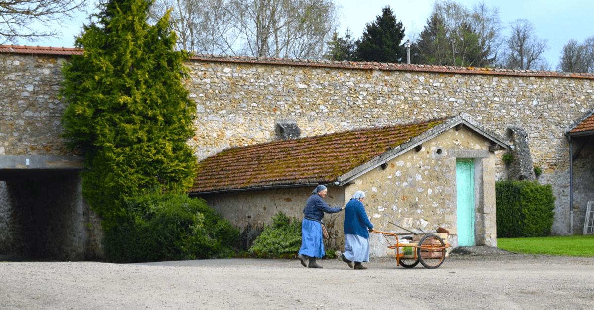 Les soeurs rentrent du travail - Abbaye Val d'Igny - Divine Box