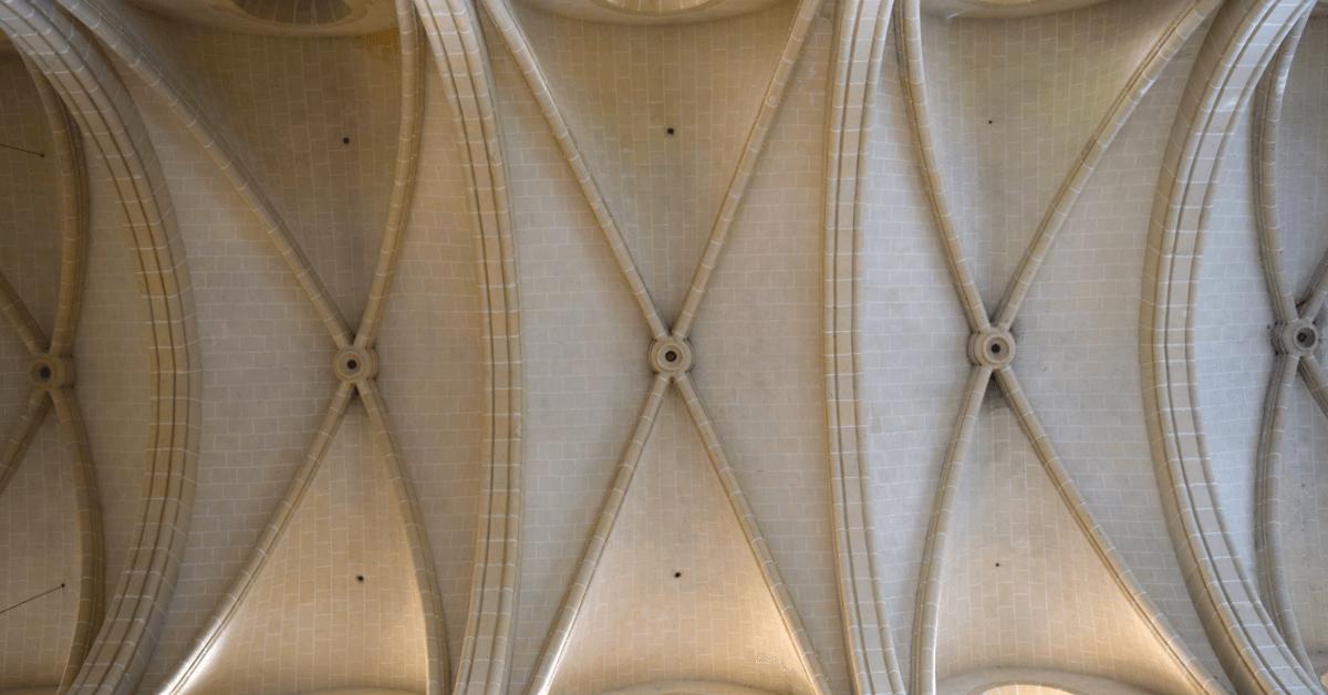 Les magnifiques voûtes épurées de l'église abbatiale - Abbaye Val d'Igny - Divine Box