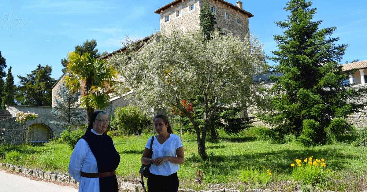 Ci-dessus, une soeur trappistine de l'abbaye de Blauvac fait un petit tour du propriétaire à Astrid