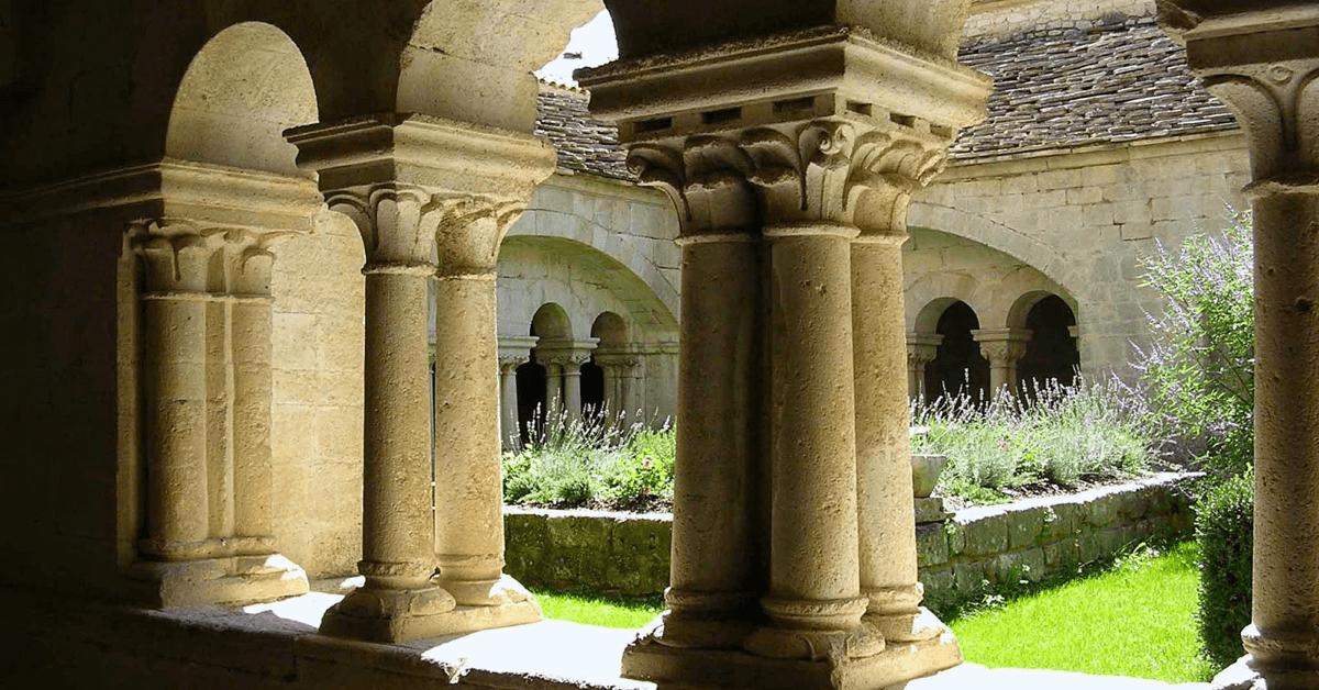 Ce sont sans doute les plantes qui entourent le monastère de Ganagobie (ici de la lavande dans le cloître) qui ont inspiré les moines pour proposer leurbaume du Pèlerin, aux huiles essentielles de plantes – Divine Box