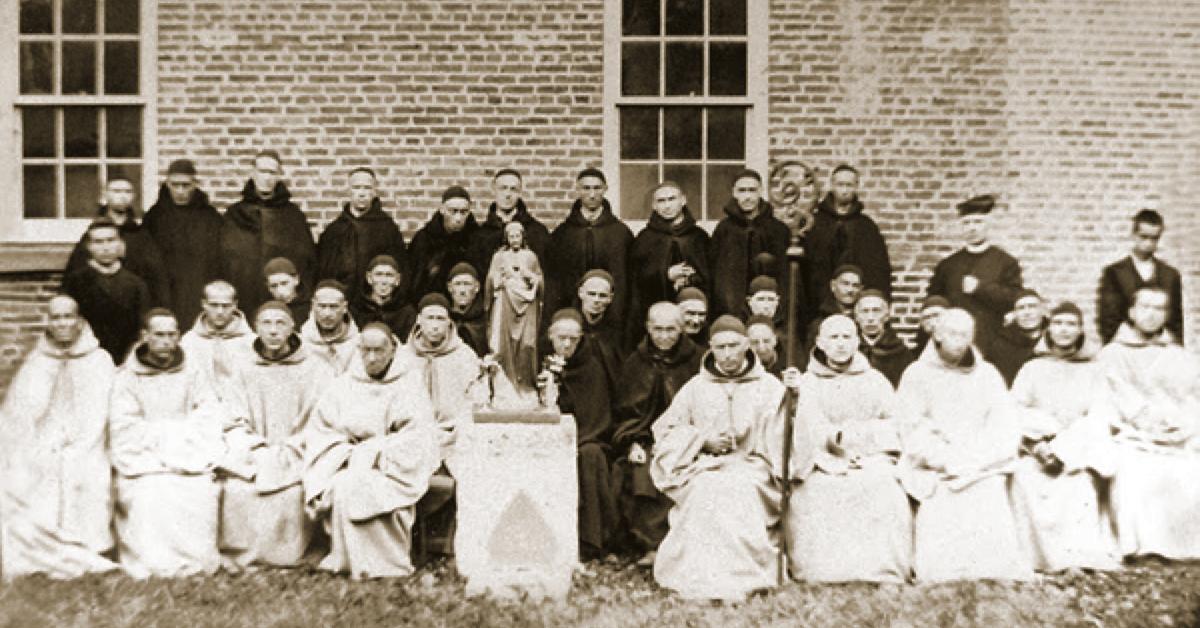 Ci dessus, la communauté du monastère du Petit Clairvaux en 1876, lors de la bénédiction abbatiale du premier père abbé Dominic Schietecatte