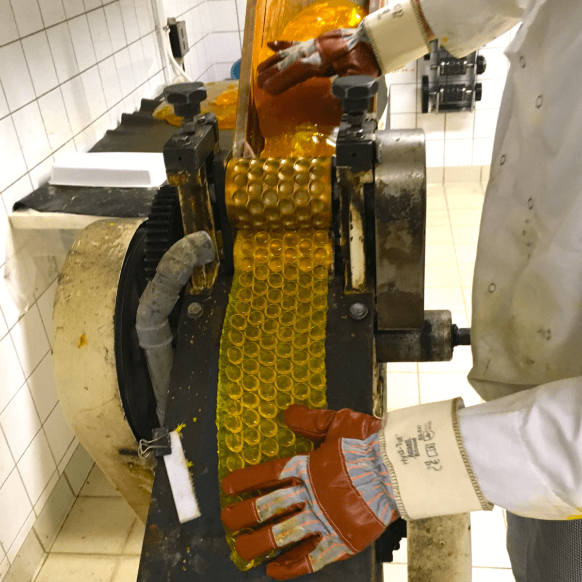 Frère Xavier en pleine fabrication des bonbons au miel de l'abbaye de Fleury - Divine Box