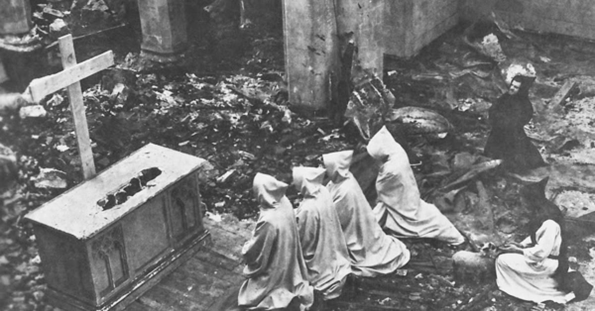 Les moines de l'abbaye Notre-Dame de la Vallée se recueillent après l'incendie de leurs église, en 1950