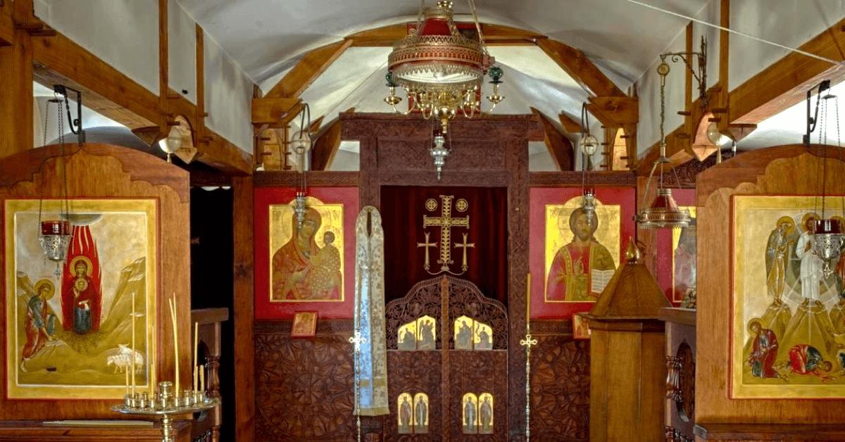 Ci-dessus, les nombreuses icônes orthodoxes qui ornent la chapelle du monastère de la Transfiguration – Divine Box