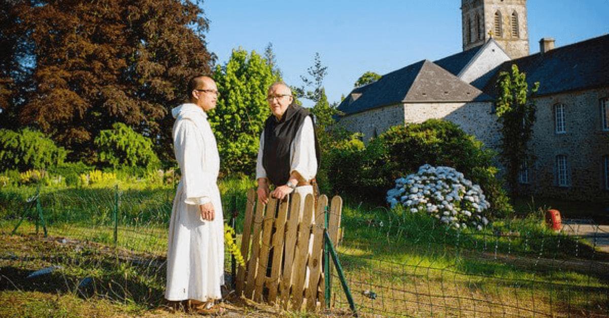 Les frères discutent aux abords de l'abbaye de Bricquebec
