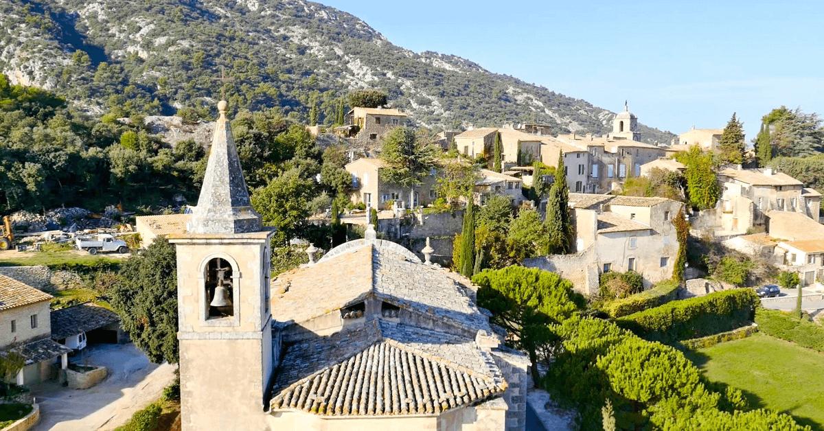 En 1834, les soeurs s'installent dans le cadre magnifique du petit village de Maubec, en Provence