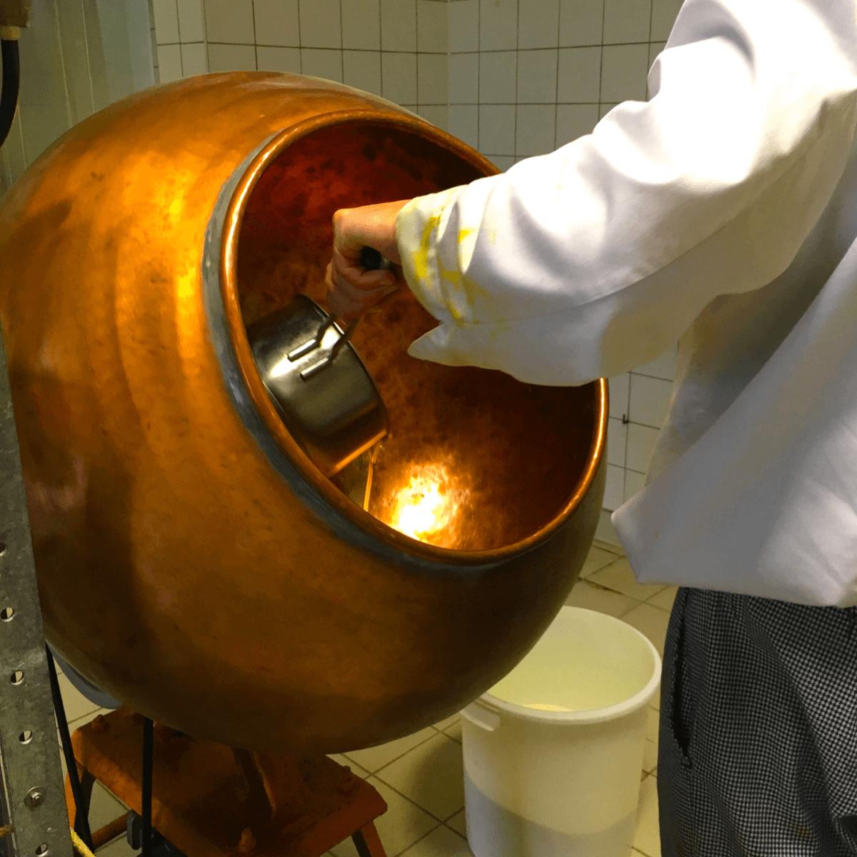 Frère Xavier pendant une autre étape de la fabrication des bonbons au miel de l'abbaye de Fleury - Divine Box