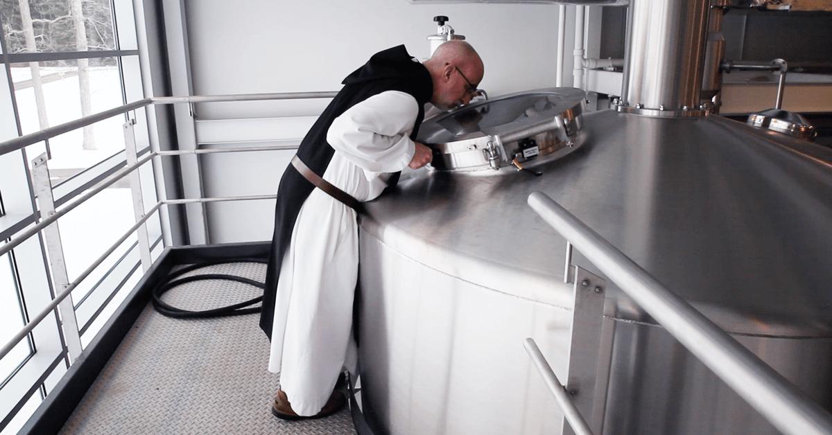 Ci-dessus, un moine de l'abbaye de Spencer vérifie le brassage de ses bières