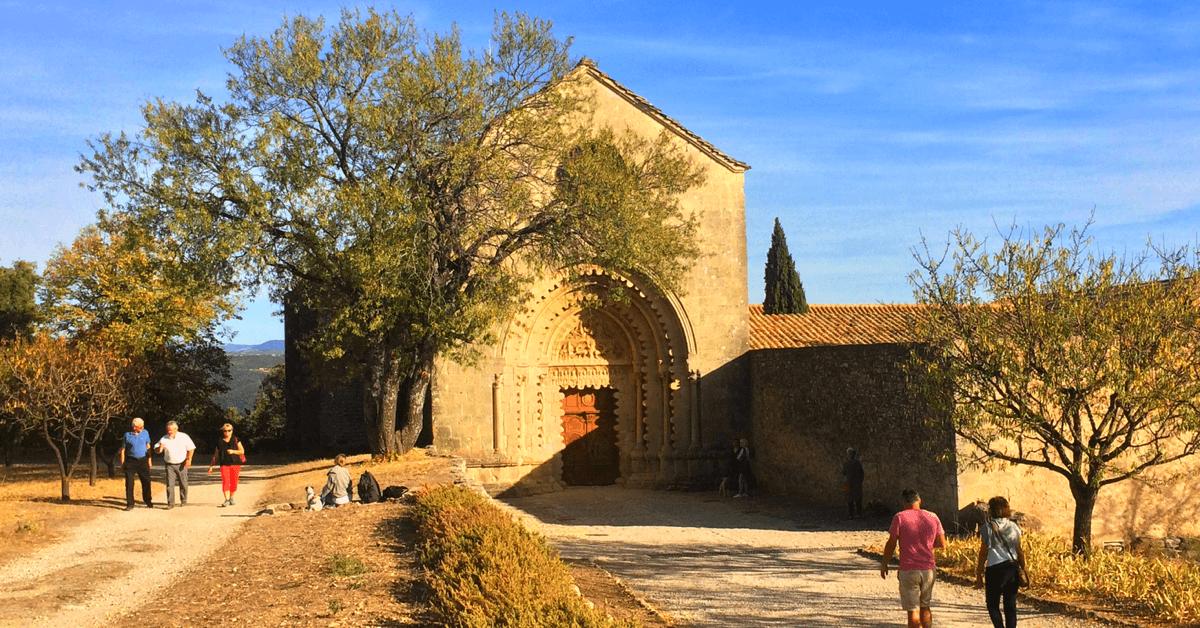 Chaque année, une multitude de randonneurs visitent le monastère de Ganagobie (Xe siècle), qui les accueille avec son baume du Pèlerin – Crédits Photo : Mon RoadTripenProvence