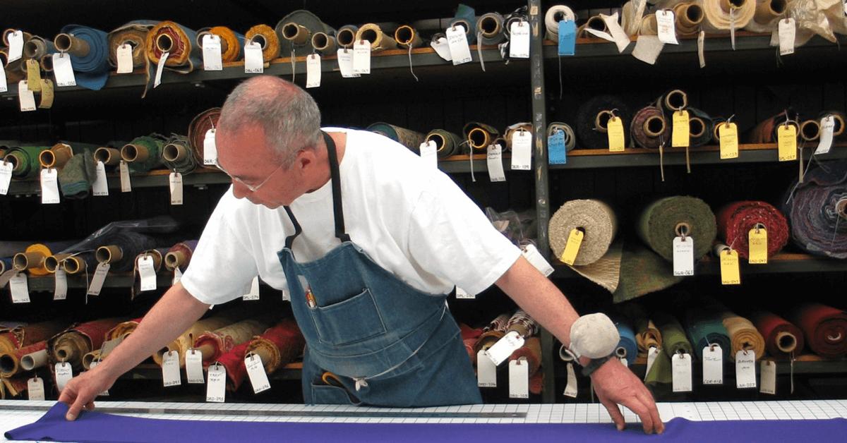 Un frère trappiste travaille le tissu pour confectionner des vêtements liturgiques