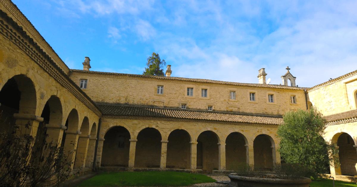 Intérieur du cloître de l'abbaye du Rivet - Divine Box