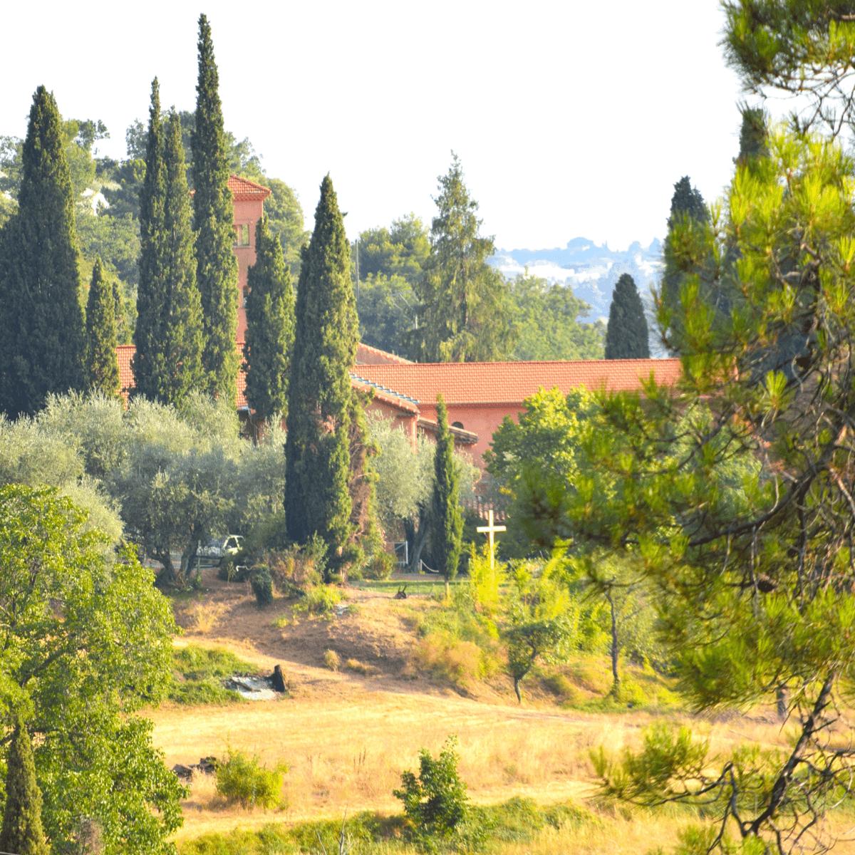 L'abbaye de Castagniers, près de Nice, entourée de magnifiques cyprès - Crédits Photos : Abbaye de Castagniers