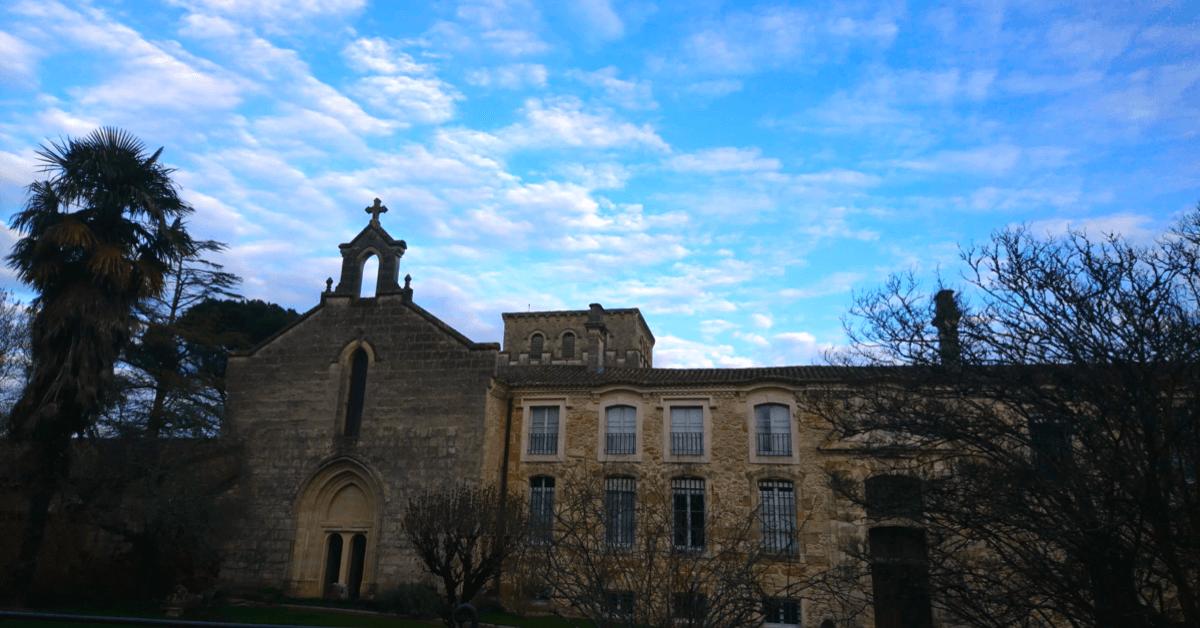 La vue lors de l'arrivée à l'abbaye, face à l'église - Divine Box