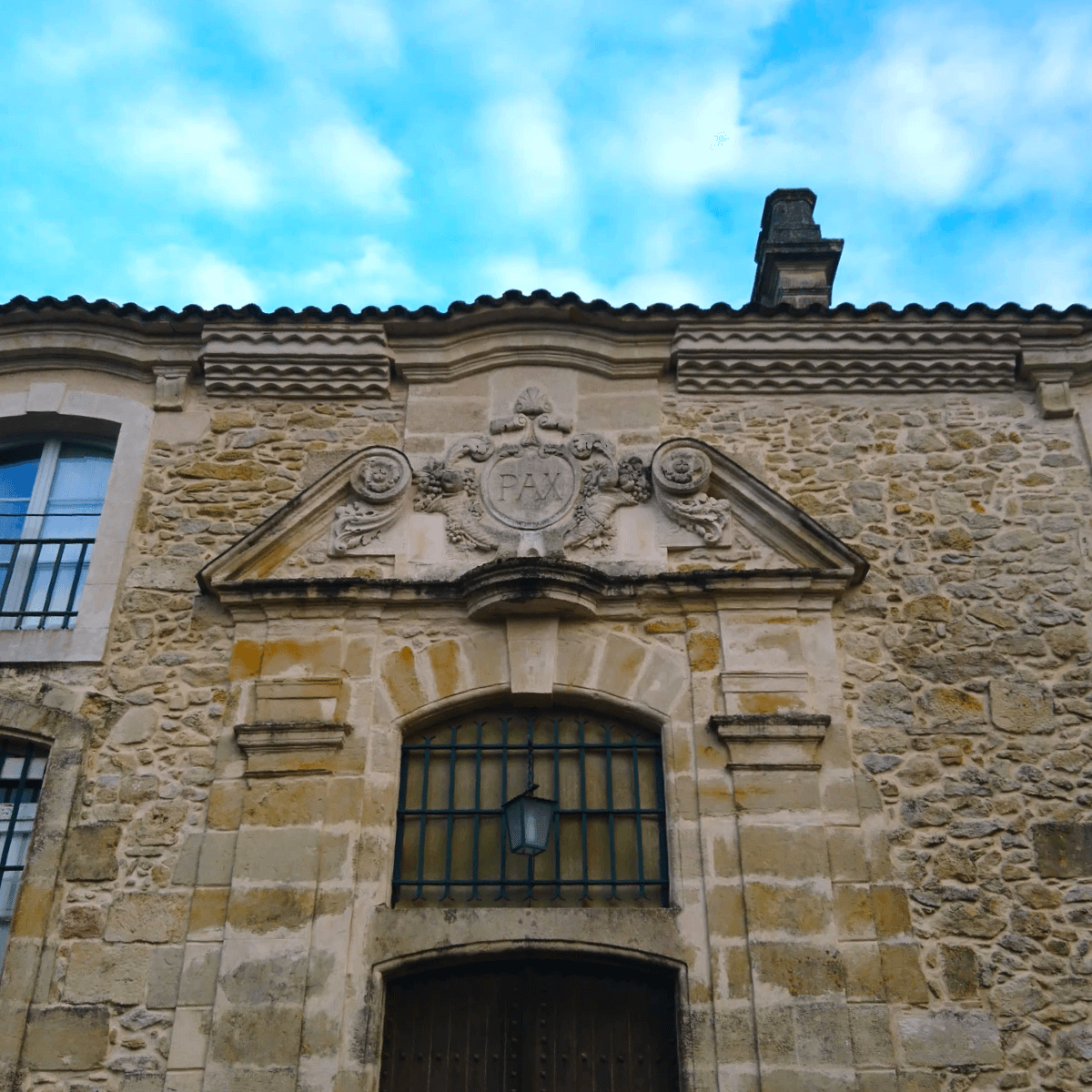 Porte d'entrée du cloître de l'abbaye du Rivet construite au XVIIIème siècle où est inscrit le mot