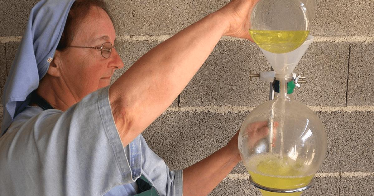 Aujourd'hui encore, les dominicaines du monastère de Taulignan distillent les plantes de leur propriété dans leur atelier artisanal