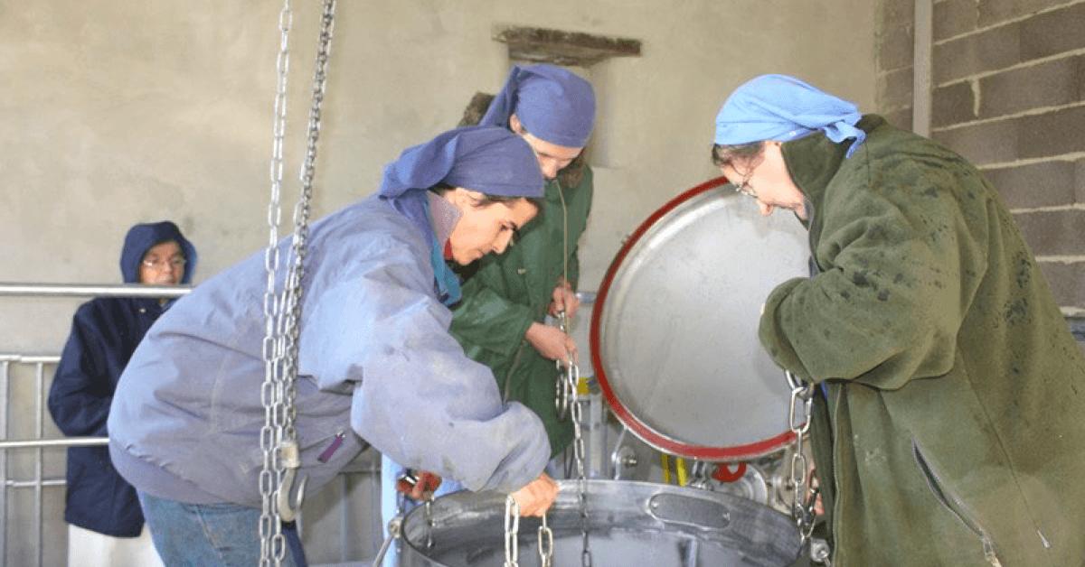 Ci-dessus, les soeurs du monastère de Taulignan élaborent des huiles essentielles artisanales et écologiques