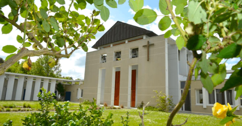 C'est ici, au monastère de Bouzy-la-Forêt, que l'Eau d'Émeraude est fabriquée toute l'année par les soeurs – Abbaye de Sénanque