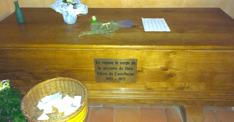 Sépulture de Claire de Castelbajac au fond de l'église à l'Abbaye Sainte-Marie de Boulaur - Divine Box