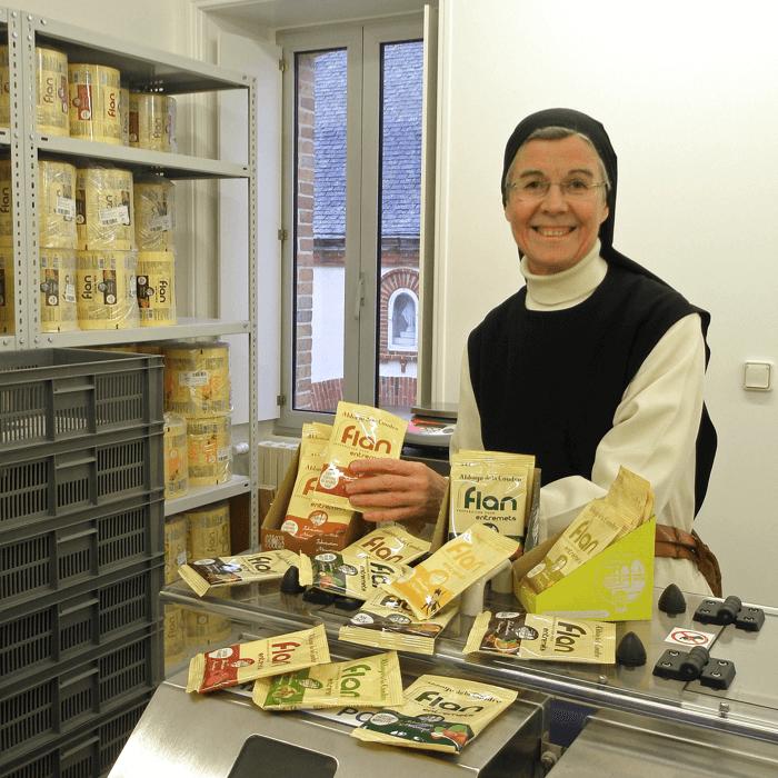 Une soeur de l'abbaye de La Coudre nous présente ses préparations pour flans