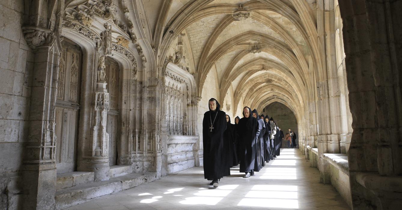 Ci-dessus, les moines de Saint-Wandrille retournent travailler après l'office, selon la règle « ora et labora » de saint Benoît, qui leur demande de partager leurs journées entre « prière et travail »