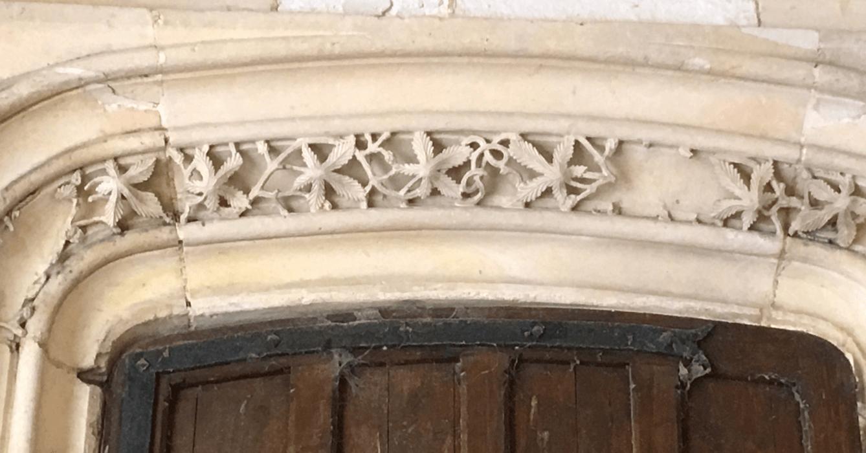 Ci-dessus, « la frise du houblon », qui représente des feuilles de houblon au-dessus d'une porte du cloître. C'est cette frise qui aurait inspiré frère Éric à proposer l'idée de lancer une bière d'abbaye