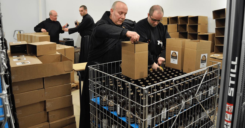 Pour la mise en carton des bières de Saint-Wandrille, toute la communauté met la main à la pâte