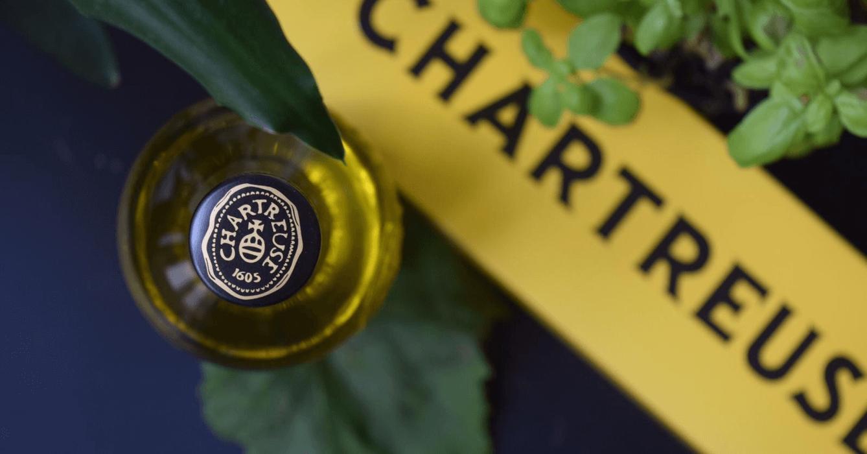 La chartreuse jaune a une couleur, un degré d'alcool et un goût différent de la chartreuse verte : elle était autrefois beaucoup plus célèbre que la verte