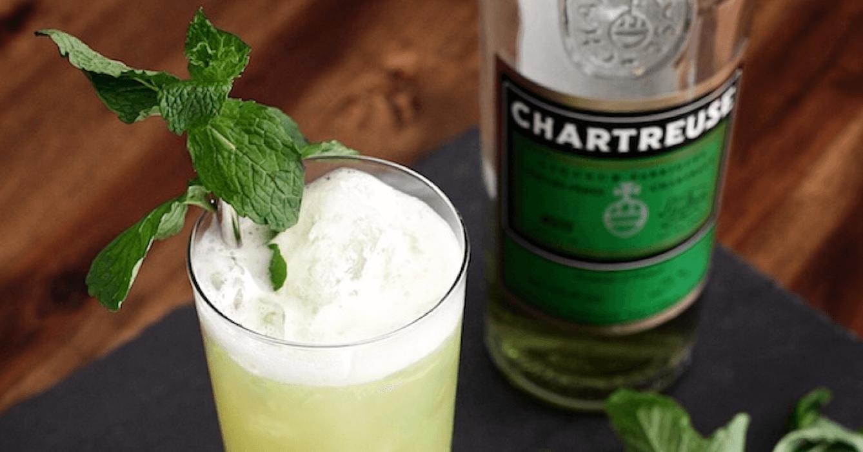 La chartreuse verte et la chartreuse jaune sont couramment utilisées dans des cocktails