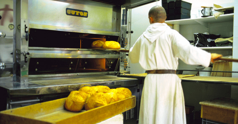 Frère travaillant à la boulangerie du Barroux - Divine Box
