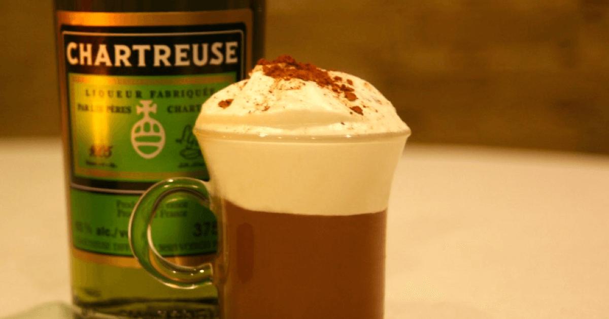 La <strong>chartreuse verte</strong> donne un chocolat chaud encore plus chaleureux