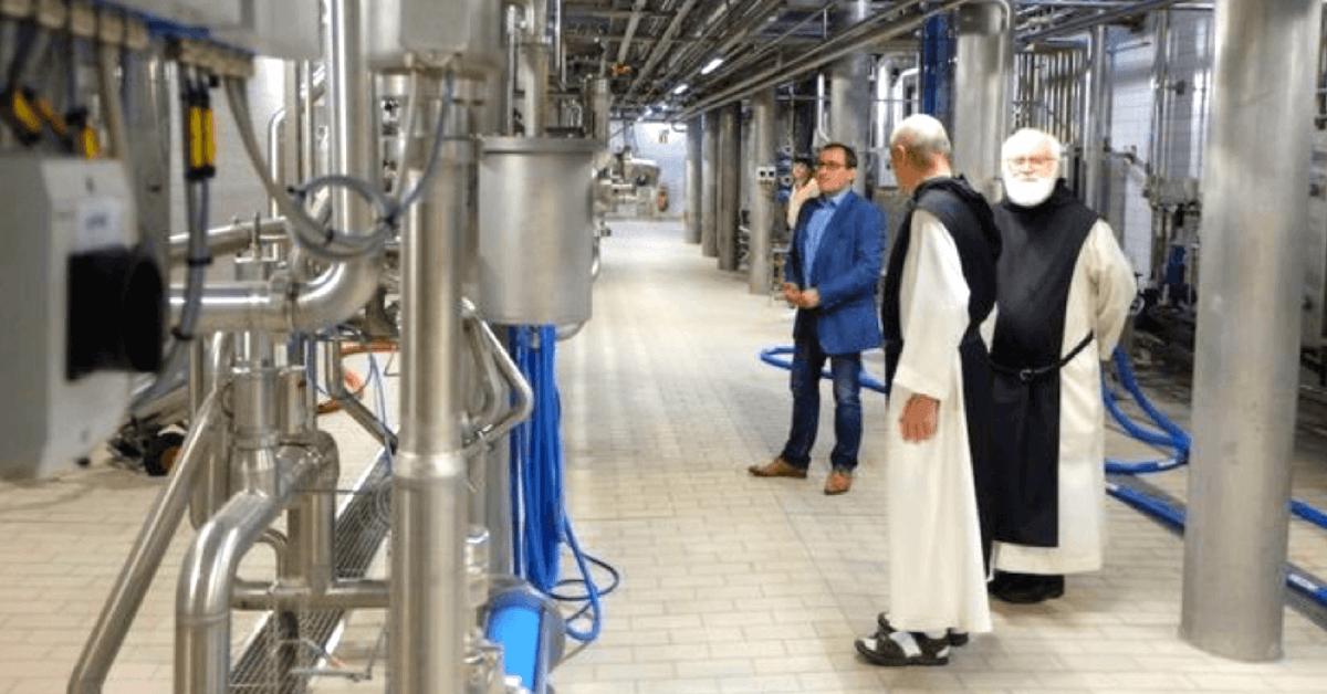 Les frères de Scourmont supervisent la production des bières de Chimay - Divine Box