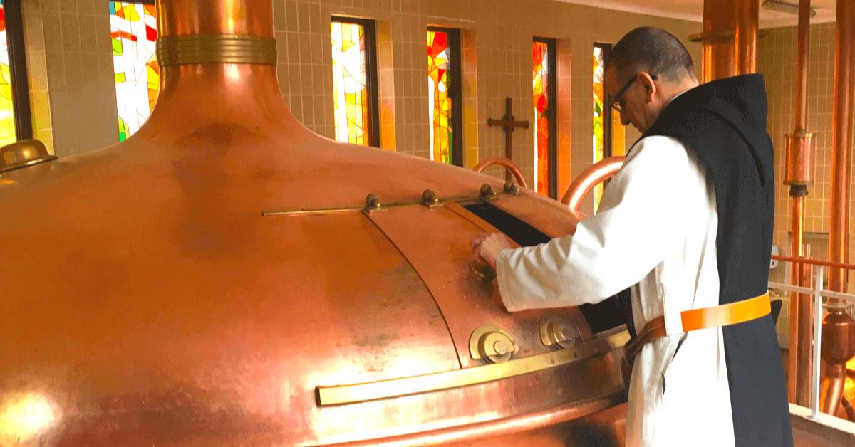 Un moines brasseur surveille la cuve dans la brasserie de l'abbaye de Rochefort. - Divine Box