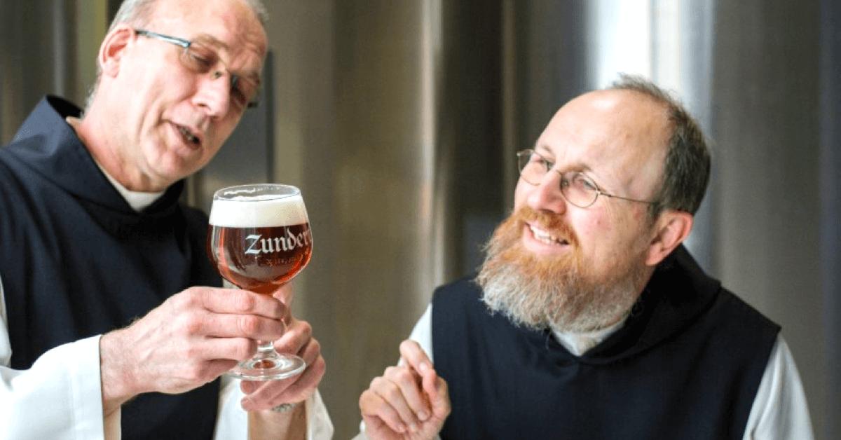 Les frères de l'abbaye de Zundert ont le droit de déguster la bière qu'ils brassent au déjeuner du dimanche. - spiritedmatters.com