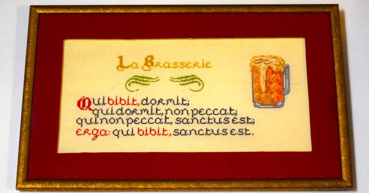 Les moines de l'abbaye de Saint-Wandrille ont accroché ce proverbe au mur de leur brasserie. - Divine Box