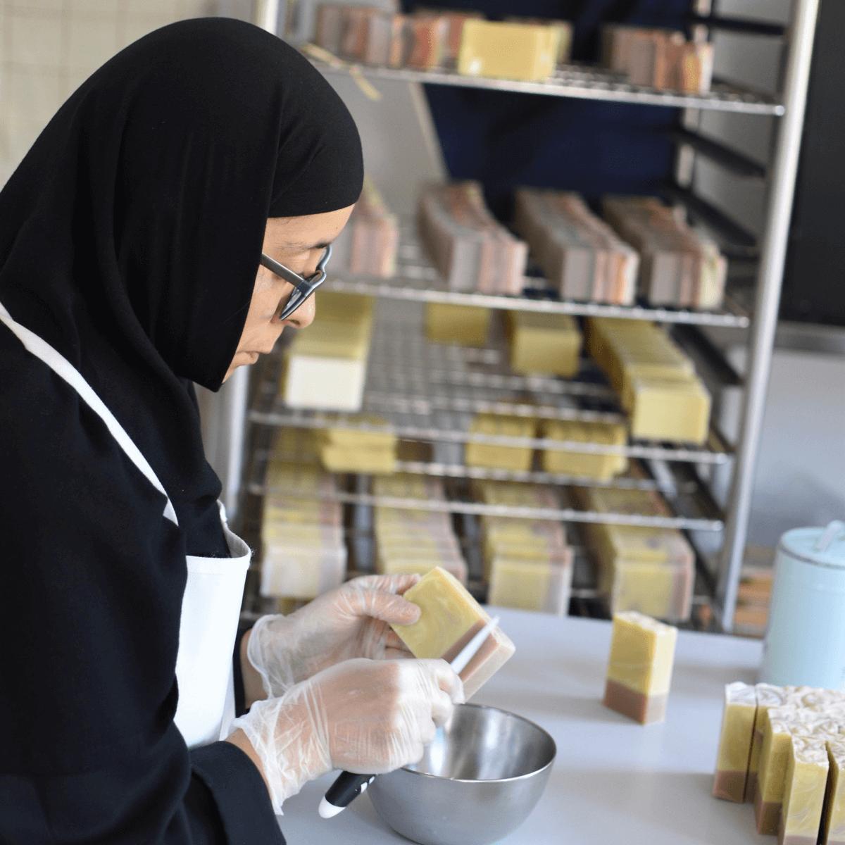 Une soeur du monastère de bois-salair prépare des savons