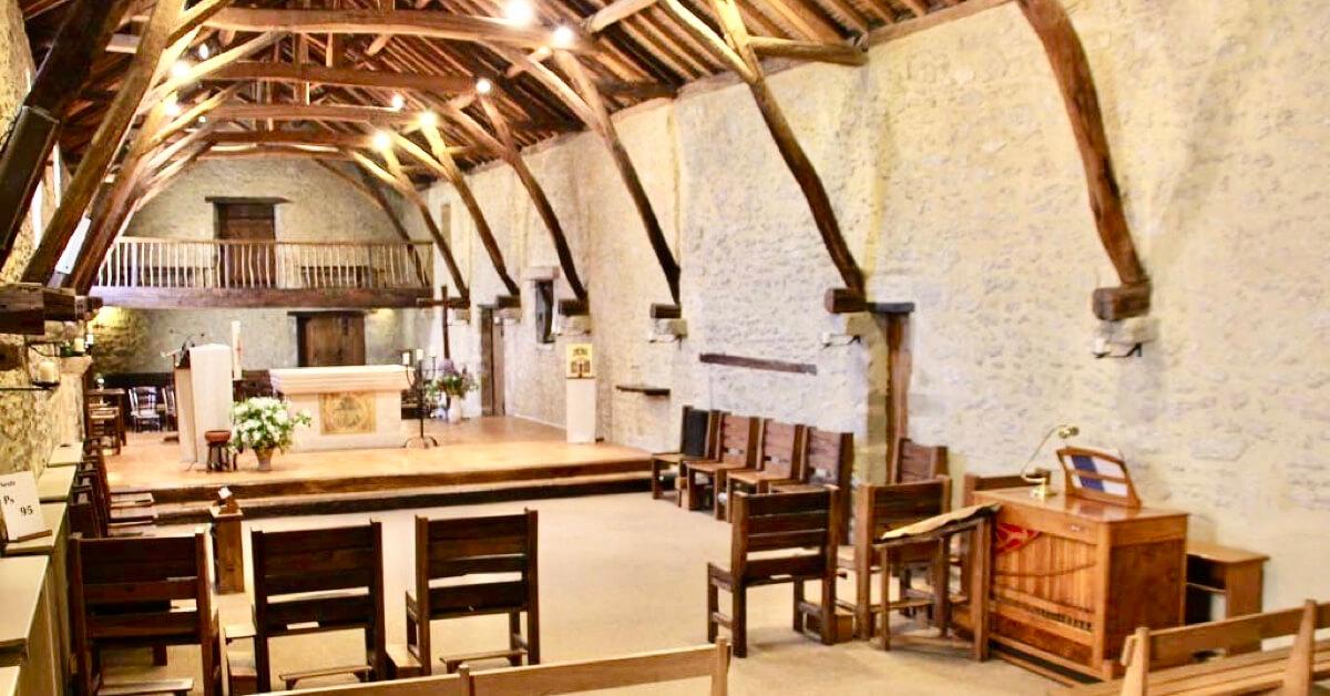 L'ancienne grange transformée en église - Monastère de Martigné-Briand - Divine Box