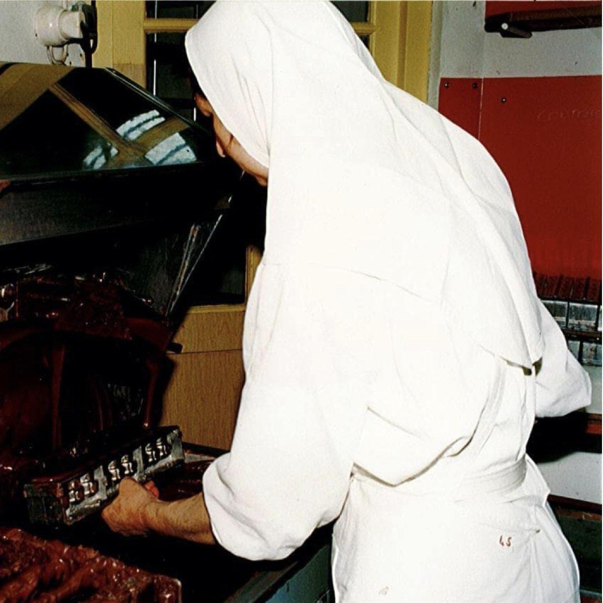La sœur chocolatière remplit les moules de chocolat, gare aux gourmands ! ©Abbaye Igny