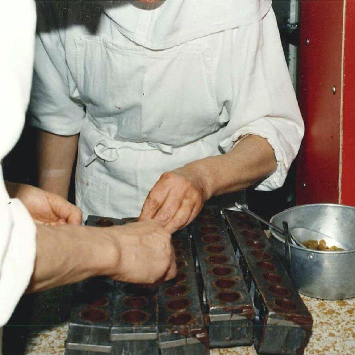 Concentration ! À quatre mains, l'ajout des raisins dans les gros bouchons d'Igny est plus efficace. ©Abbaye Igny