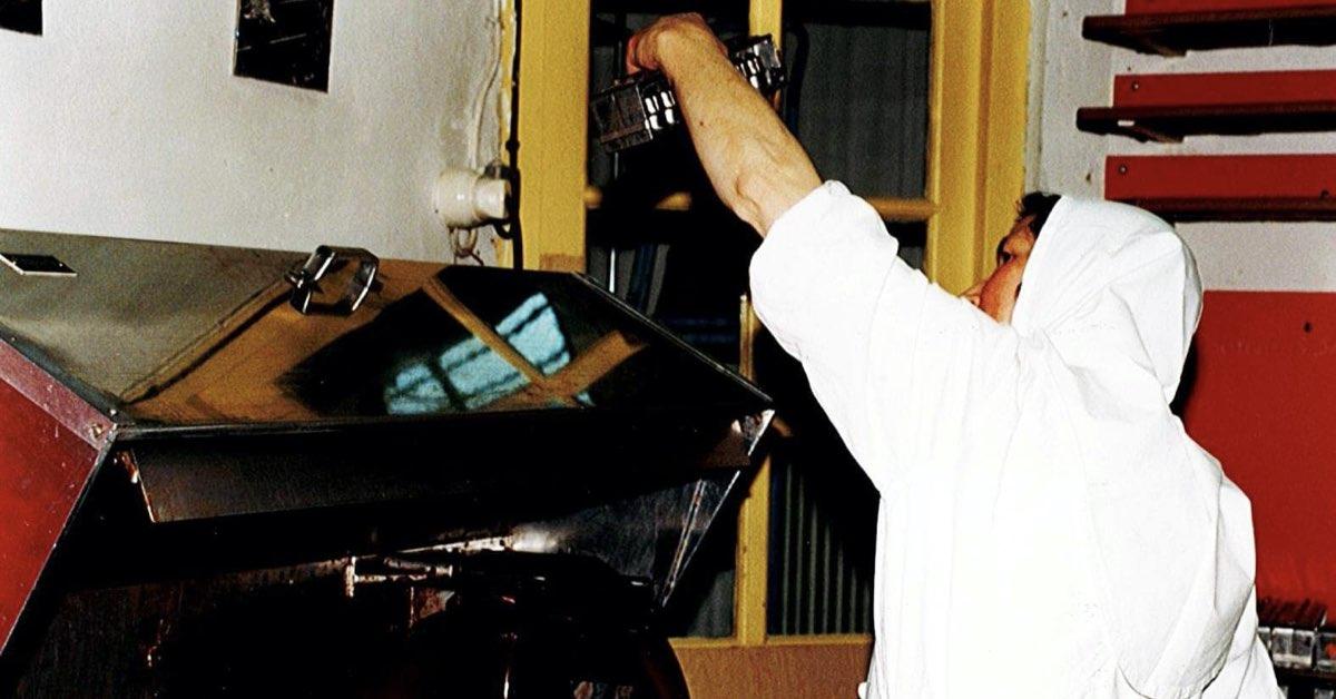 La soeur chocolatière affairée à vérifier la qualité de la chemise des gros bouchons d'Igny ©Abbaye Igny